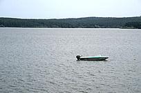 平静湖面上的小船