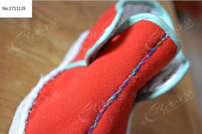 红色儿童鞋特写图片_生活百科图片