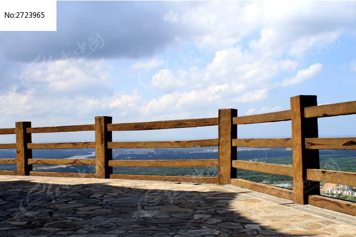 高峰上的围栏杆