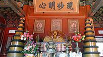 庙宇中供奉佛像