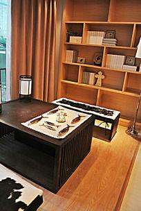 书架边的小茶桌