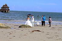 海滩上拍婚纱照的人