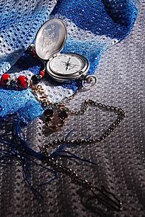 白蓝条纹民族风丝巾上的古怀表手链