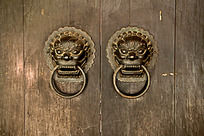 木门上一对精致的古铜色门扣