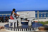 正在弹钢琴的女生