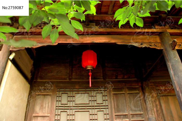 天水南宅子古庭院屋檐下的中式红灯笼