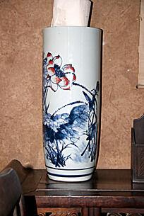 天水南宅子里陈列的水墨荷花书缸瓷器