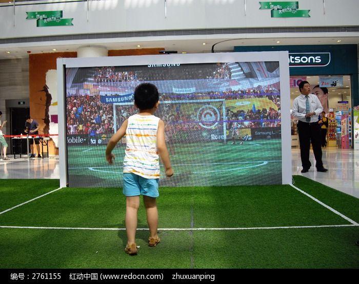 两种不同的竞技体育结合足球和游戏却有着很多共同点!