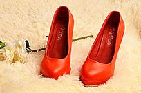 地毯上的红鞋