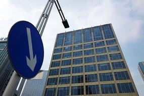 交通标志和高楼大厦