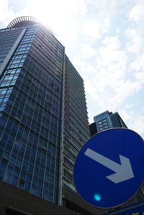 交通标志旁的路劲大厦
