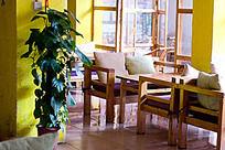 酒吧咖啡屋桌椅与抱枕