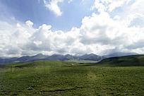 蓝天白云下的草原风景