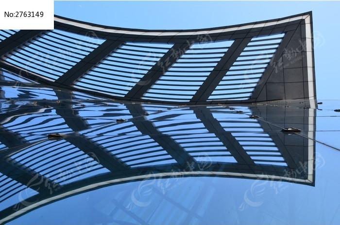 蓝天下的玻璃幕墙和屋顶倒影