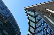 寿光音乐厅椭圆造型机蔚蓝的玻璃幕