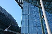 寿光音乐厅蔚蓝的玻璃幕墙及椭圆场馆