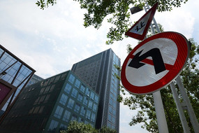 郑东新区的交通标志和高楼大厦
