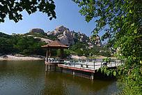 嵖岈山湖上的凉亭