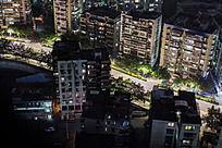 俯视夜晚万家灯火的住宅与街道