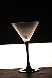 黑白分明的酒杯