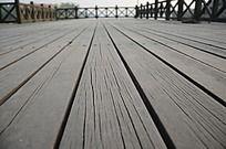 河边的木栈道及栏杆