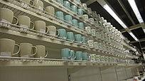 架子上的各式各样的陶瓷杯子