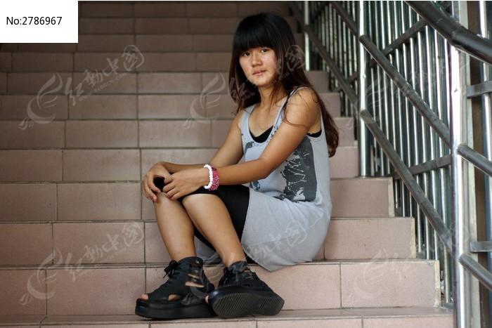 坐在楼梯上的女孩_交叉双腿坐在楼梯上的女孩素材公社tooope