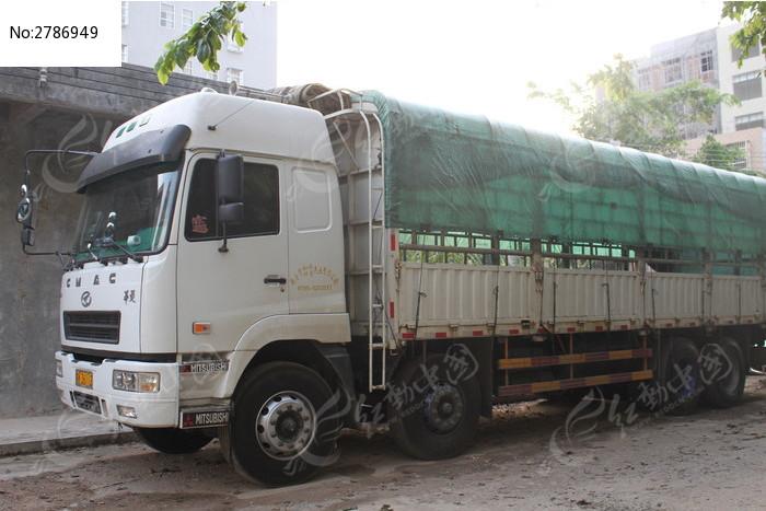 停放着的大货车图片