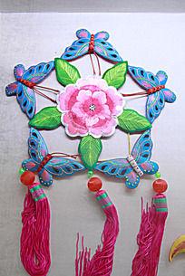 五只蝴蝶环绕花朵图案的吉祥荷包