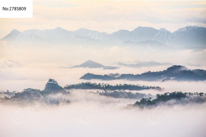 云海山峰水墨画图片
