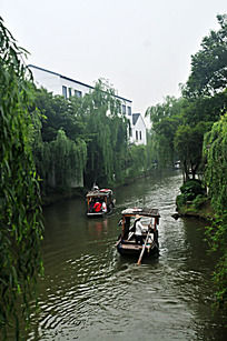 绿树流水小船泛舟