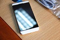 白色黑莓Z10手机在桌面上
