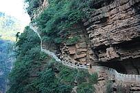 断崖石壁边的石头路