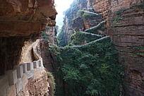 裂谷中间的石屏