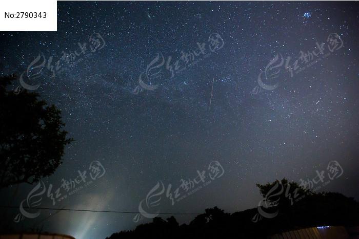 满天繁星的夜空划过流星图片