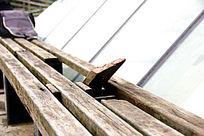破旧的长木凳