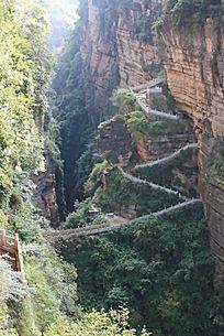 曲折的裂谷石路