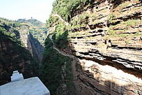 伸向远方的石崖山路