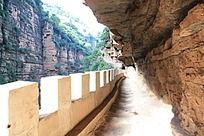 镶嵌在石崖内的小路