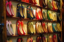整齐排列的手工布鞋