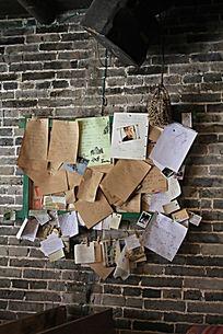 墙体上的各种便签纸