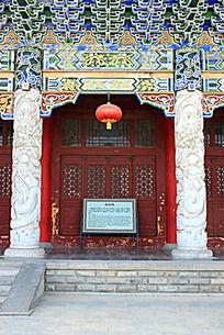 天水龙园正殿石雕龙纹汉白玉石柱上的大红灯笼