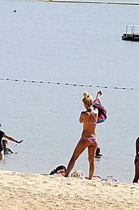 香港沙滩上的比基尼美女
