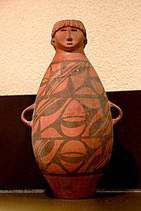 博物馆陈列的人头形器口彩陶瓶