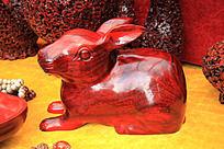 红木雕刻的一只小兔子