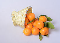 篮子里倒出来的橘子