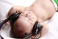 听音乐的小孩