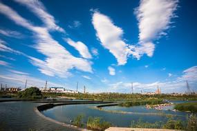 壮观云彩下永定河的人工分层水流