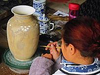 专心绘画的手工艺人