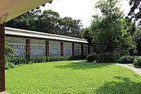 草地边的棚架走廊建筑